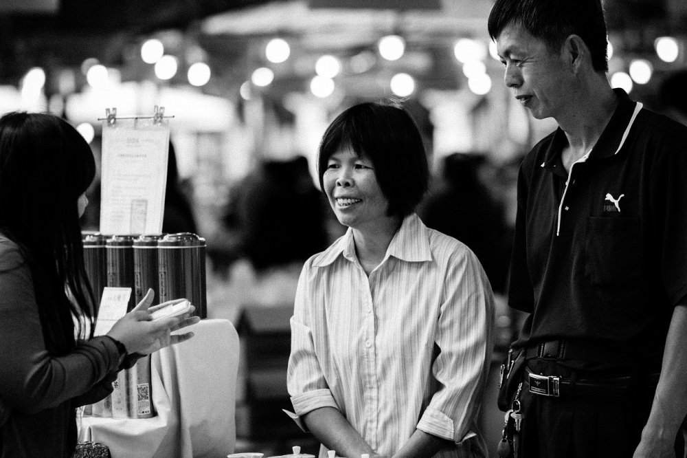 I met them on a weekend, in the farmer's market in Taipei. They own a team farm - it is now their third generation business. They sell all kinds of teas - Oolong tea, Black tea, Green tea, etc. They've recently added organic tea to their portfolio.